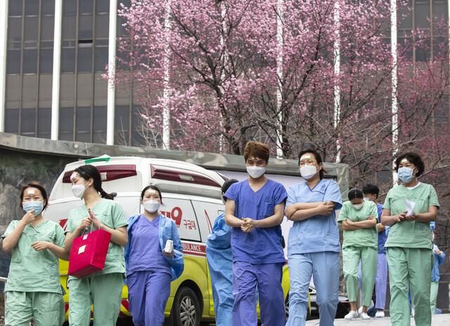 대구 및 경북 일부 지역이 특별재난지역으로 선포된 15일 오후 대구시 중구 계명대 대구동산병원에서 의료진이 교대 근무를 위해 보호구 착의실로 가고 있다. 대구/연합뉴스