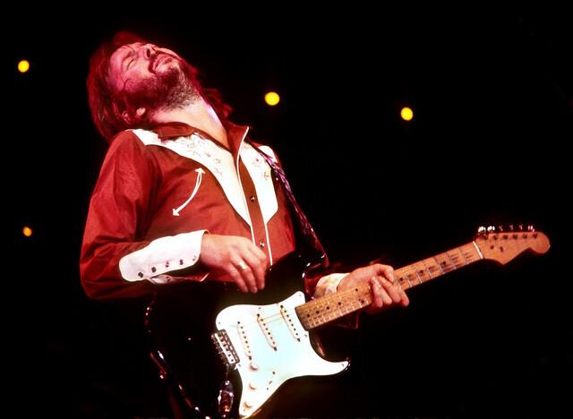 '기타의 신' 에릭 클랩튼…영화화된 굴곡진 삶과 음악 세계