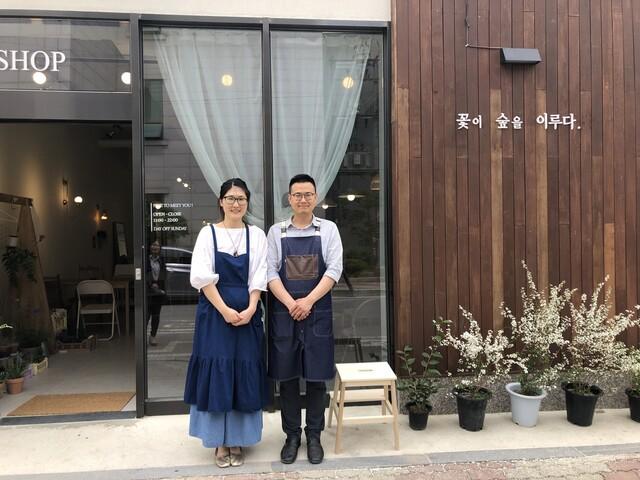 경북 의성군 '도시청년시골파견제' 사업 1호점에 선정된 청년들이 창업 카페 '꽃이 숲을 이루다' 앞에서 사진을 찍고 있다. 의성군 제공