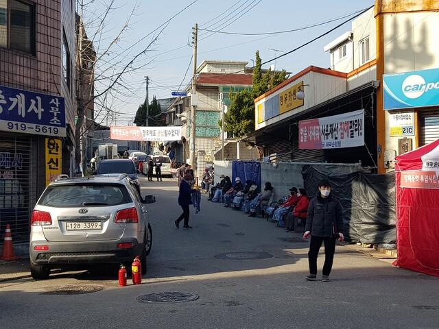 26일 사랑제일교회 진입로를 막아선 신도들. 장필수 기자.