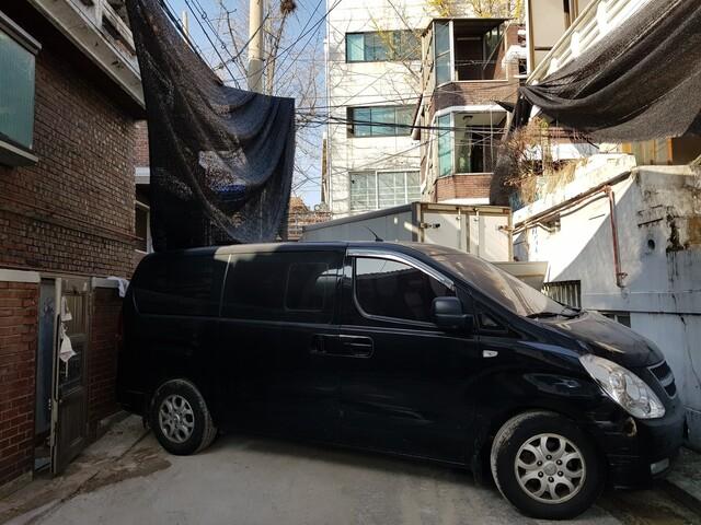 사랑제일교회 뒤편을 막아선 스타렉스 차량. 장필수 기자