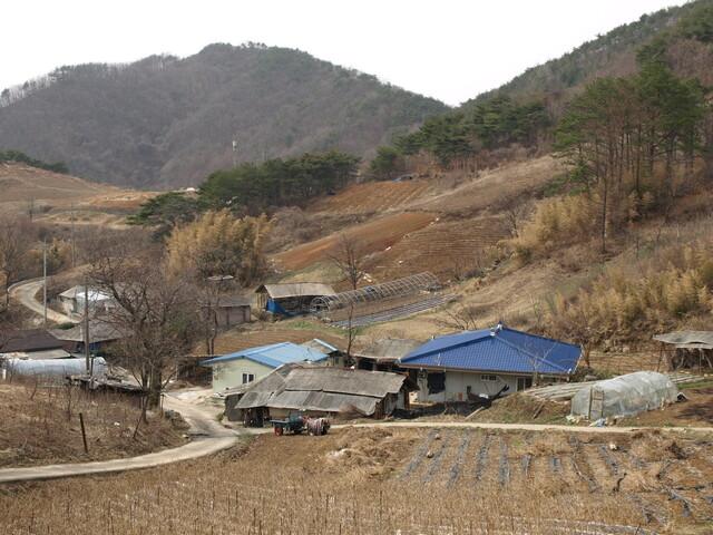 박경철 충남연구원 연구위원이 농민기본소득 연구를 위해 2015년에 방문했던 충남 금산군의 한 마을이다. 이 농촌 마을은 당시 인구가 줄어 26가구만 남은 상황이었다. 박경철 충남연구원 연구위원 제공