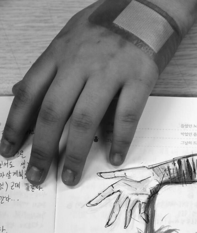 우울증과 자해로 입원 치료를 받고 있는 은주(가명)씨가 자신이 그린 그림을 보여주고 있다. <한겨레21> 류우종 기자 wjryu@hani.co.kr