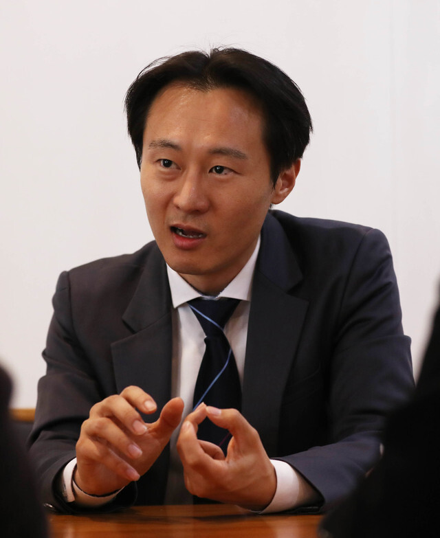 사법농단 의혹을 세상에 처음 알린 이탄희 전 판사가 2월7일 오후 서울 마포구 한 카페에서 <한겨레>와 인터뷰를 하고 있다. 백소아 기자 thanks@hani.co.kr