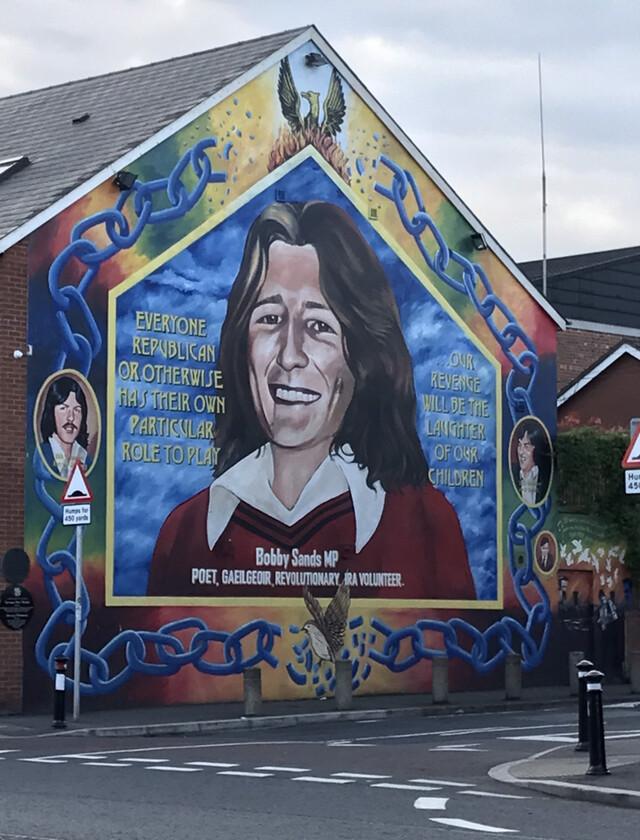 1972년 '피의 금요일'에 투옥됐다가 66일간의 단식 끝에 숨진 아일랜드공화군(IRA) 소속 청년 지도자 보비 샌즈의 얼굴이 북아일랜드의 수도인 벨파스트 건물 벽면에 그려져 있다. 박소진 신한대 탈분단경계문화연구원 교수 제공