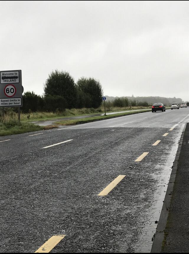 아스팔트를 포장한 시간 차이로 약간의 색깔 차이를 보이는 북아일랜드와 아일랜드공화국의 국경선. 박소진 신한대 탈분단경계문화연구원 교수 제공