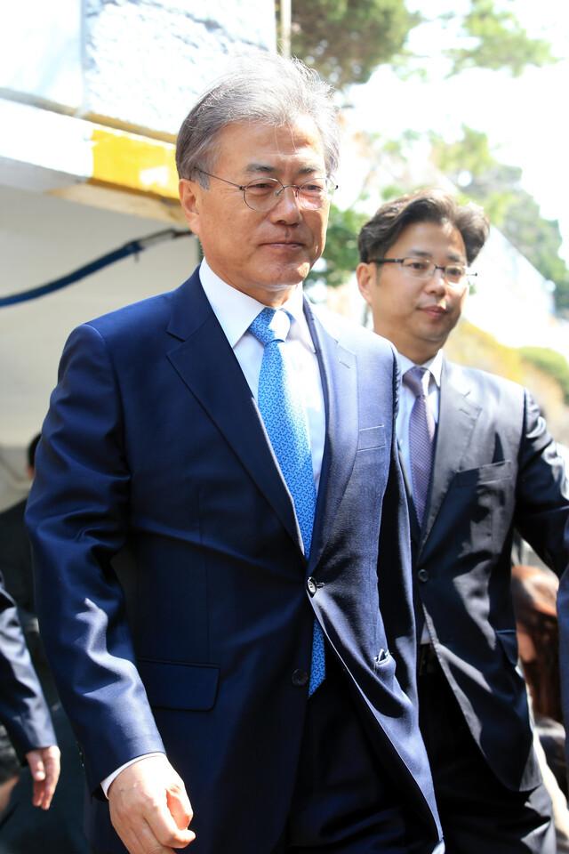 김종인이 자기 집에 머물며 몸값을 높인 일은 2016년 선거 때도 있었다. 이때는 더불어민주당의 문재인이 김종인을 집까지 찾아가 달래야 했다. 촬영 김태형 기자.