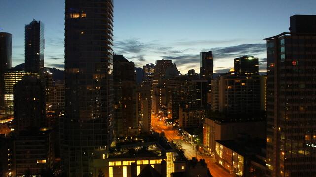 모닥불을 연상하게 하는 도시의 주황색 불빛들. 밴쿠버 새벽 풍경. 사진 최이규 제공