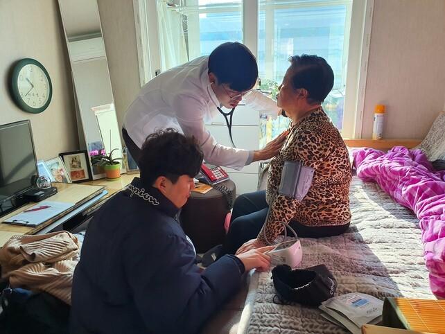 동네 의사 홍종원씨가 거동이 불편한 노인 가정에 방문해 진료하는 모습. 박철우씨 제공
