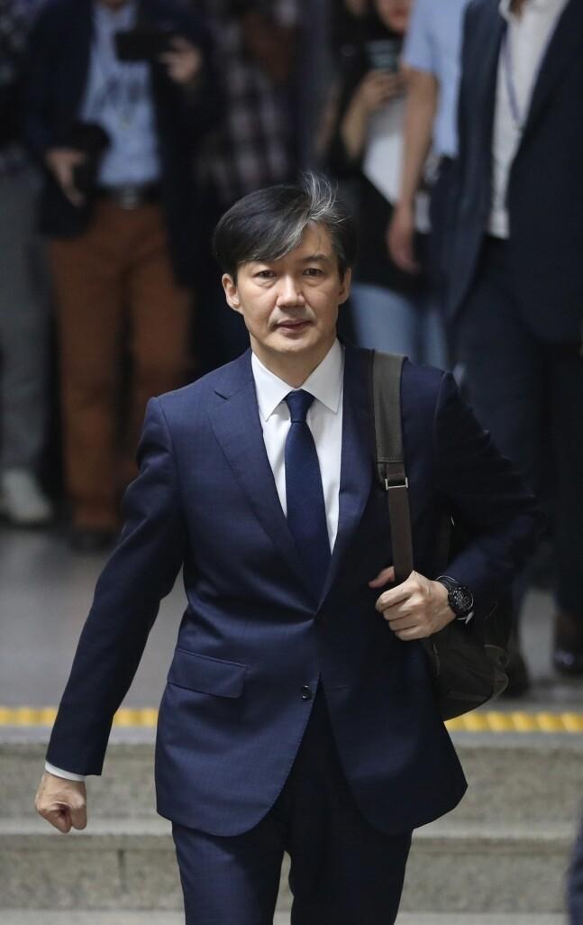 조국 법무부장관 후보자가 9월2일 오후 국회에서 열린 기자간담회에 참석하기 위해 간담회장 앞 복도를 걸어가고 있다. 연합뉴스