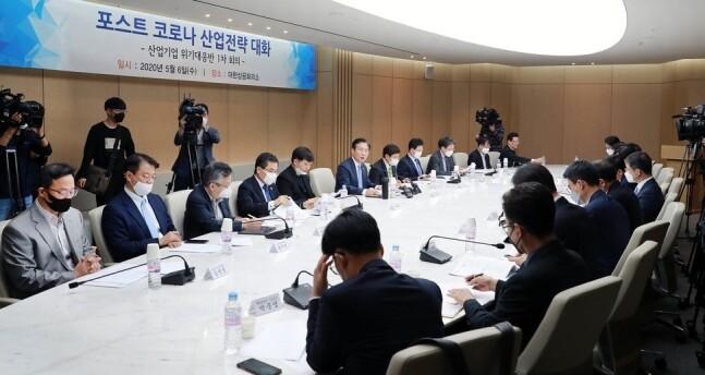 지난해 5월 서울 대한상공회의소 회의실에서 '포스트 코로나 산업정책 간담회 및 산업·기업 대응반 1차 회의'가 열리고 있다. 산업부 제공