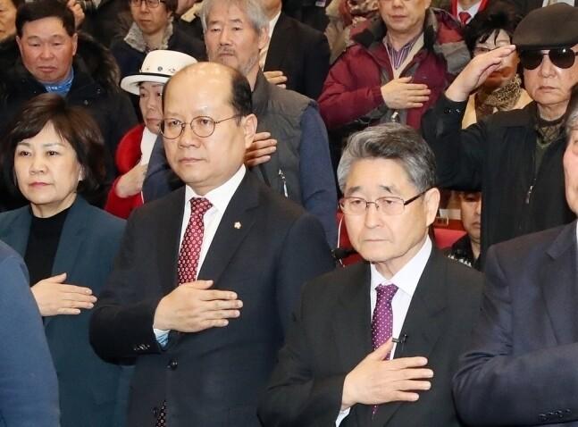 김진태·이종명 자유한국당 의원이 주최한 5.18 진상규명 대국민공청회가 지난해 3월8일 오후 국회 의원회관에서 열려 발표자로 나선 지만원(오른쪽)씨와 참석자들이 국민의례를 하고 있다. 김경호 선임기자 jijae@hani.co.kr
