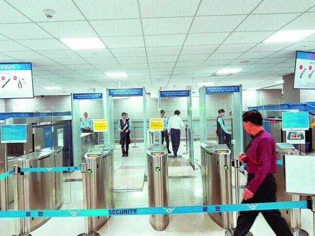 인천국제공항 보안경비 분야 비정규직 직원들이 일하는 모습. 공공운수노조 제공