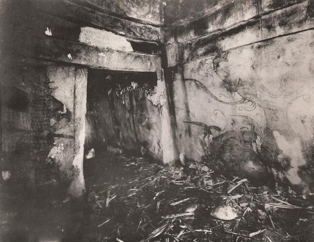1930년대 고구려 고분인 삼실총 석실 내부를 찍은 사진. 짚풀 등을 깔고 만든 취침 자리의 흔적이 보여 당시 지안 일대에 출몰하던 항일유격대의 임시 거처였을 가능성이 제기된다. 고구려 개마무사와 신수를 그려놓은 벽화도 보인다. 1938년 지안 고구려 유적에 대한 일본 학자들의 현지 조사보고서인 <통구>에 실린 사진이다.