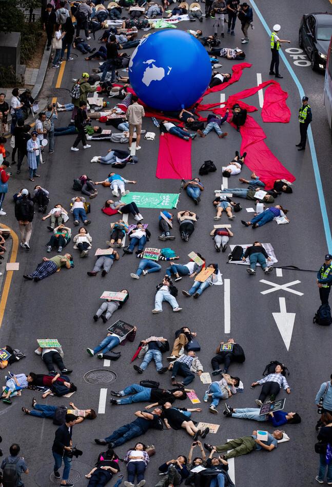 지난해 9월 국제 기후 파업 주간에 서울 종로1가 사거리에서 열린 9·21 기후위기 비상행동에서 참가자들이 '기후위기가 다가오면 생존의 위협이 다가온다'는 내용의 퍼포먼스를 하고 있다. 공동취재사진