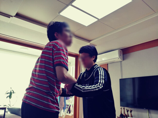 8개월 전 뇌전증 발작으로 걷지 못하게 된 박아무개씨 집에 운동처방사가 방문해 근력 운동법을 가르치고 있다. 살림의료복지사회적협동조합 제공