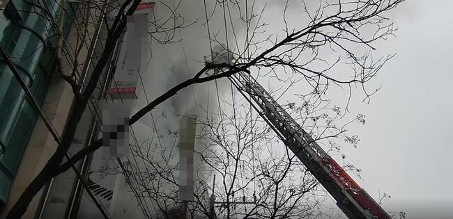 22일 낮 12시14분께 전북 전주시 완산구 효자동의 한 상가 건물에서 불이 났다. 전북소방본부에서 제공한 동영상을 캡처한 사진.