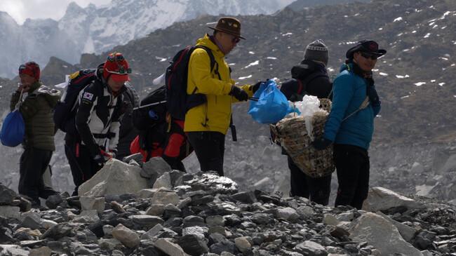 수많은 등산객들이 버린 쓰레기로 산림파괴가 우려되는 상황을 막기 위해 블랙야크는 지난해부터 '클린 히말라야 트레킹' 프로젝트를 벌여 환경 정화 활동을 하고 있다. 블랙야크 제공