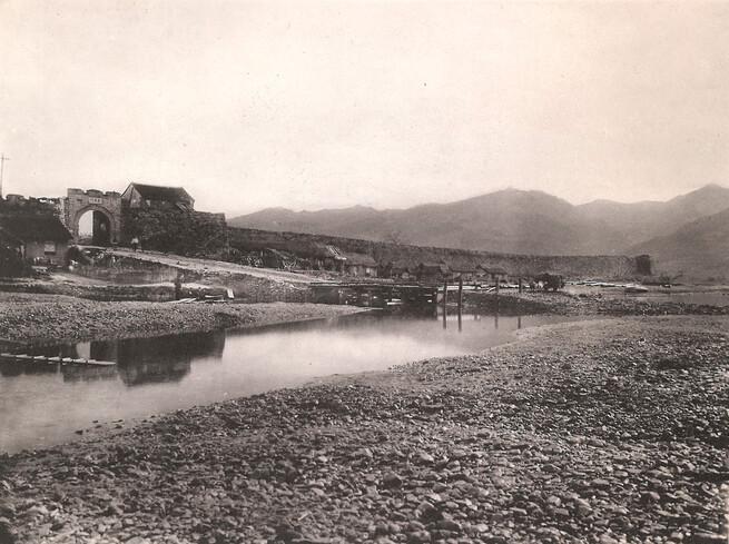 1930년대 일본 조사단이 찍은 당시 압록강변 퉁거우 지안의 들머리 풍경. 고구려성을 바탕으로 만든 성벽이 잘 남아 있고, 왼쪽에 출입하는 성문과 누각이 보인다.
