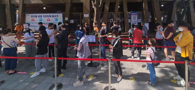 서울 송파구보건소 선별진료소에서 시민들이 코로나19 검사를 받기 위해 대기하고 있다. 연합뉴스