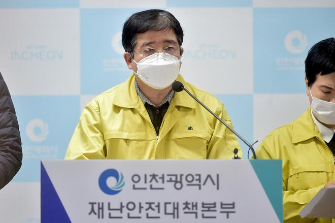 박규웅 인천시 건강체육국장이 25일 시청 브리핑룸에서 코로나19 추가 확진자와 관련해 설명하고 있다. 인천시 제공