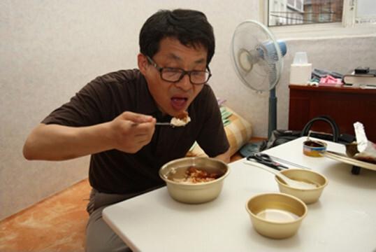 차명진 전 의원이 2010년 최저생계비 체험을 한 뒤 부천 소사구 의원 홈페이지에 올라온 사진. 한겨레 자료사진