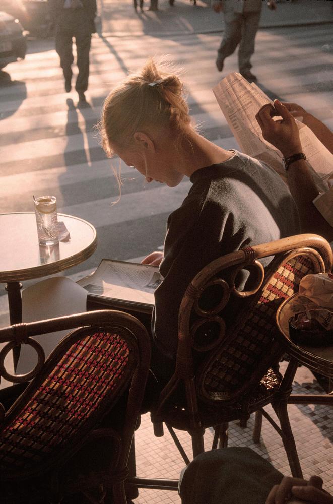 게오르기 핀카소프, 길가 카페에서 책을 읽는 여자, 파리, 프랑스, 1996. Paris, France, 1996 ⓒ Gueorgui Pinkhassov/Magnum Photos. 사진 제공 가우디움어소시에이츠