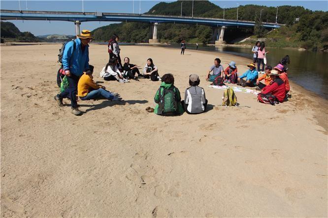 되돌아온 합강 강변 모래밭에서 아이들이 수건돌리기 놀이를 즐기고 있다.
