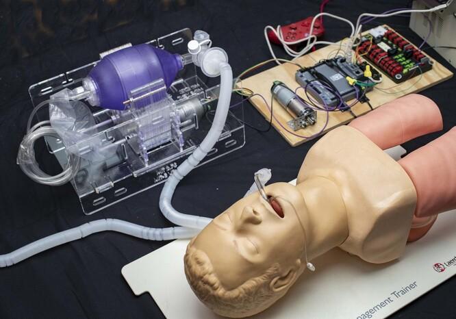 미국의 매사추세츠공대 연구진이 개발하고 있는 오픈소스 기반의 저가형 인공호흡기 MIT E-Vent Unit. MIT 제공.