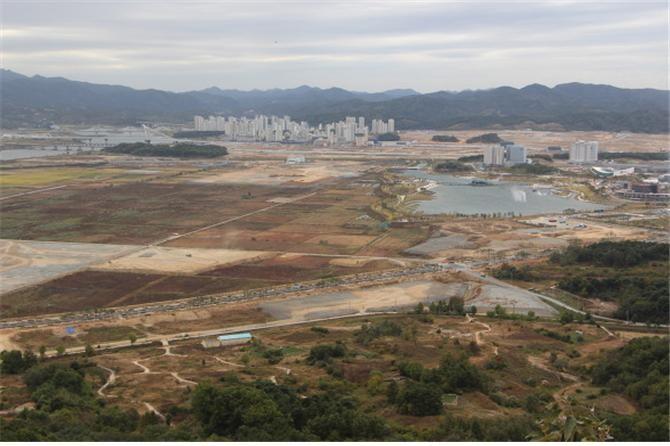 전월산에서 바라본 세종시 풍경. 도시 만들기는 현재 진행 중이다.