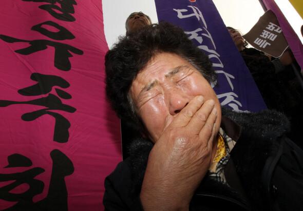 한국전쟁 전후 민간인학살 진상규명 범국민위원회 회원들이 2010년 12월 서울 용산구 효창공원 백범기념관 앞에서 위령제를 지내는 동안 정금자(61·경주)씨가 한국전쟁 당시 끌려간 뒤 생사를 알 수 없는 아버지를 부르며 울먹이고 있다. <한겨레> 자료사진