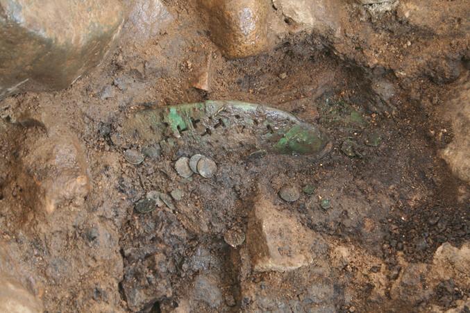 1500년 전 망자에게 신긴 '금동신발' 경주 신라무덤에서 나왔다