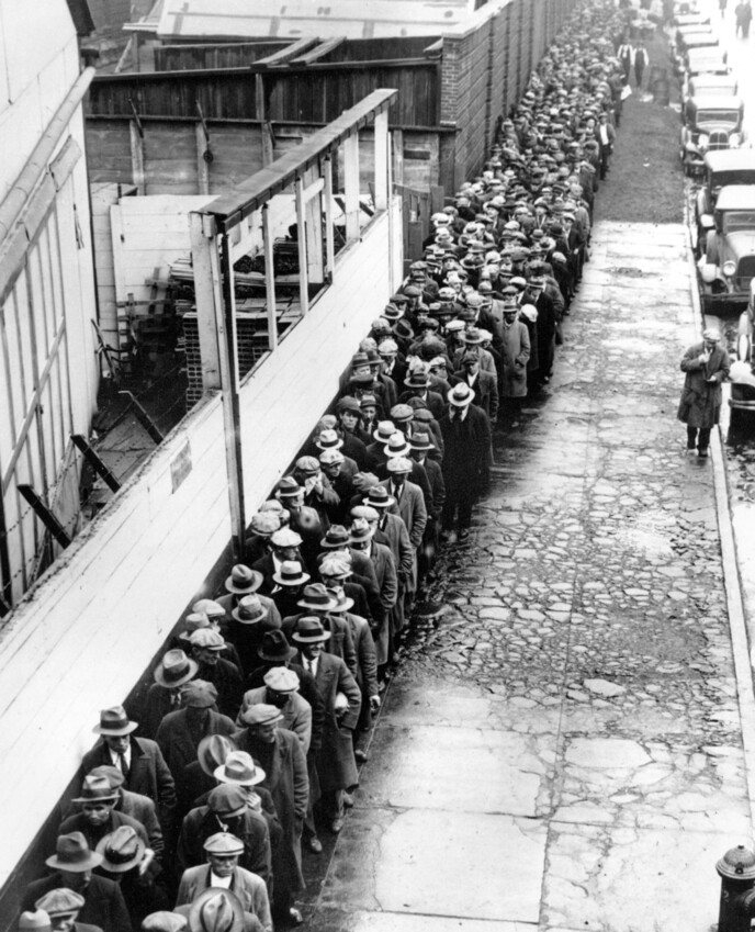 1932년 대공황의 한복판에서 한 끼를 해결하려는 이들이 미국 뉴욕 무료급식소 앞에 끝도 없이 늘어서 있다. AP 연합뉴스