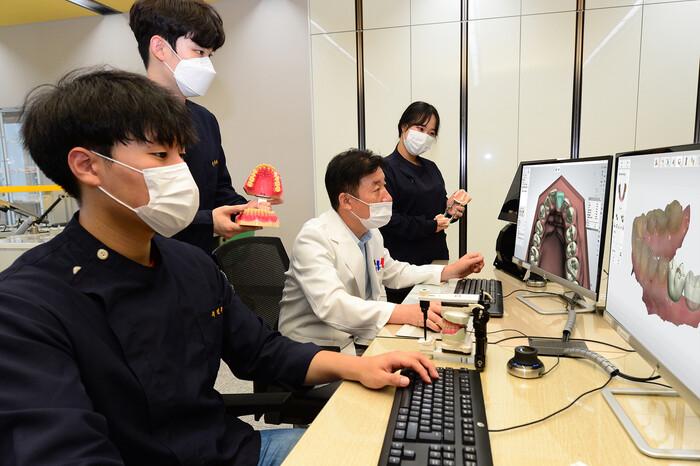 지난 2일 대구보건대 치기공과 실습실에서 박영대 교수가 3D 캐드캠 실습 수업을 하고 있다. 대구보건대 제공