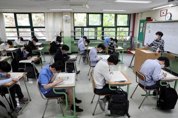 지난해 5월21일 진행한 전국연합학력평가에서 고3 학생들이 1교시 시험을 치르고 있다. 김봉규 선임기자 bong9@hani.co.kr