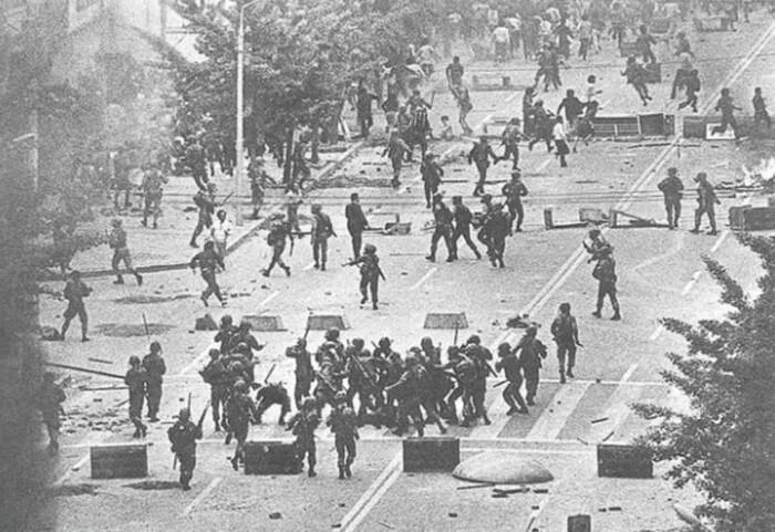 5·18 민주화운동 당시 계엄군들이 시민들을 마구잡이로 구타하고 있다. <한겨레> 자료사진
