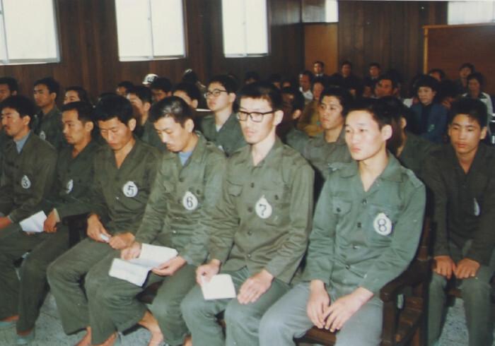 1980년 9월 광주 전투교육사령부 군사법정에서 재판받는 5·18항쟁 지도부. 정상용(왼쪽부터)·윤강옥·김영철·이양현·정해직·김화성. 정해직씨가 7번 번호표를 달고 있다. 민생당 제공