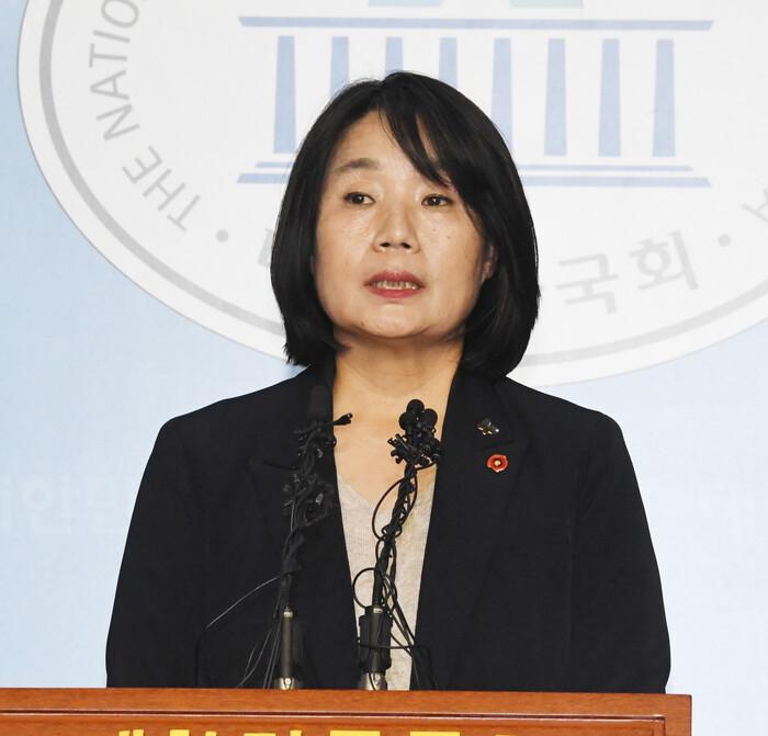"""윤미향 """"개인계좌 허술한 부분 있었다""""면서도 """"후원금 유용 안했다"""""""