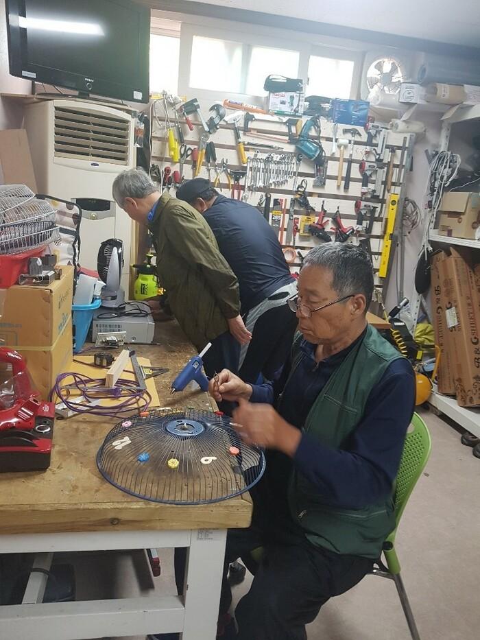 광주시 광산구 하남종합사회복지관 하남이네 만물수리센터 '다함께 하하하' 회원들이 선풍기를 새활용해 벽걸이 시계를 만들고 있다. 다함께 하하하 제공