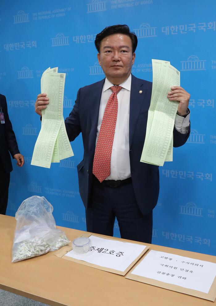 미래통합당 민경욱 의원이 지난 21일 오후 서울 여의도 국회 소통관에서 총선 부정선거 의혹을 제기하고 있다. 연합뉴스