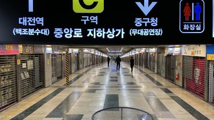 확진자가 방문한 것으로 확인돼 지난 23일 폐쇄된 대전 중앙로 지하상가를 관리직원들이 순찰하고 있다. 송인걸 기자 igsong@hani.co.kr
