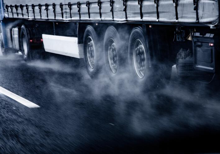 자동차 운행 중 타이어와 브레이크 패드가 마모하며 발생하는 미세플라스틱이 북극에까지 날아가 쌓여 햇빛을 반사해 얼음을 더 빨리 녹게 한다. 게티이미지뱅크