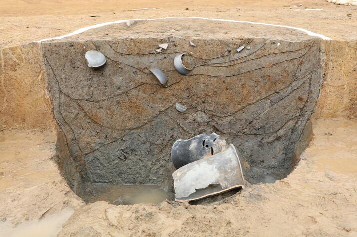 소월리 고신라 유적의 107호 구덩이(수혈) 발굴 현장. 지표면 아래 50cm 지점에서 사람얼굴 뚫음무늬 토기와 토제 시루가 드러난 모습이다. 이 토기들 바로 아래에서 대형 목간이 발굴됐다.
