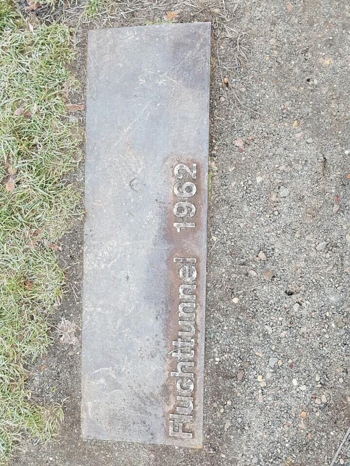 베르나워 거리에 서 있던 베를린 장벽을 걷어낸 자리 곳곳엔 지하터널을 이용해 서베를린으로 탈출한 사연을 기록한 발판이 설치돼 있다.