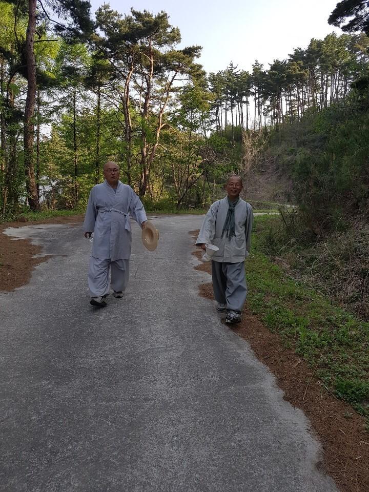 전북 남원 산내면 지리산 실상사에서 살아가는 필자 법인 스님(사진 오른쪽)과 각묵 스님(사진 왼쪽)