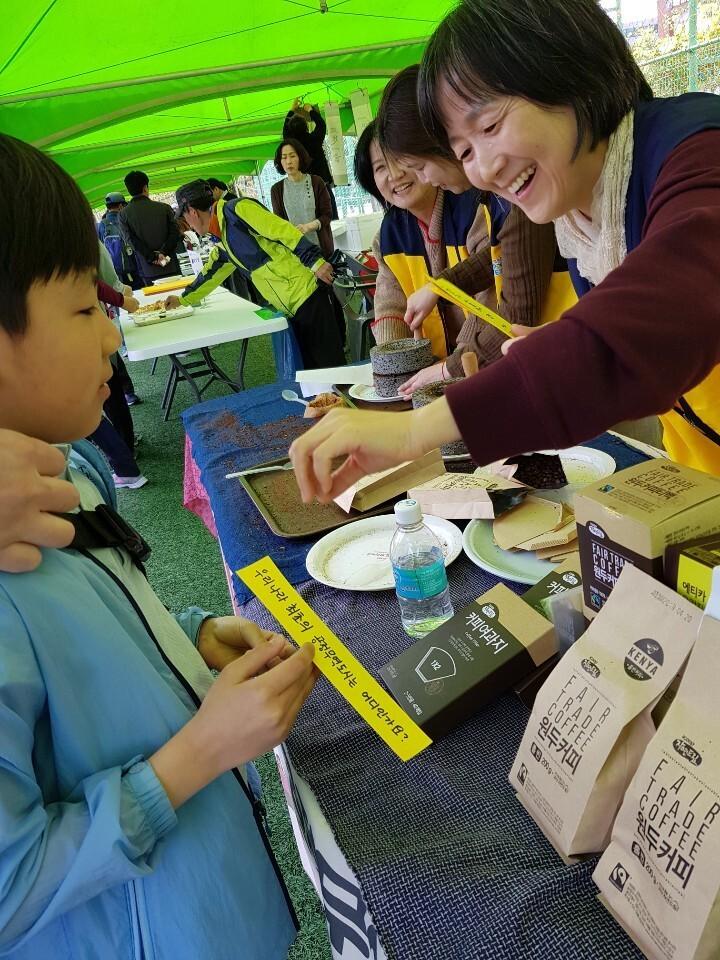 인천 계양아이쿱생협 조합원들이 지난해 5월11일 열린 세계공정무역의날 행사에서 어린이들을 상대로 공정무역을 알리기 위한 ○× 퀴즈 풀기 활동을 진행하고 있다. 계양아이쿱생협 제공