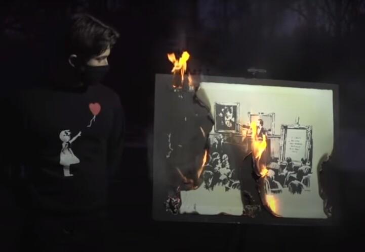 트위터 '불탄 뱅크시' 팀은 3월11일 크리스티 경매 직전 자신들이 구매한 1억여원의 뱅크시 판화를 스캔해 NFT로 발행한뒤 불에 태우는 동영상을 유튜브로 공개했다. 유튜브 제공