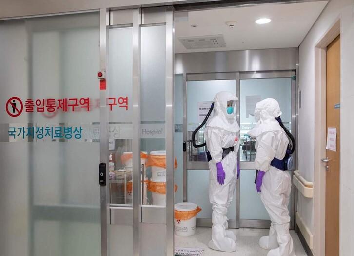 코로나19 확진자가 입원·치료 중인 울산대병원 음압병실