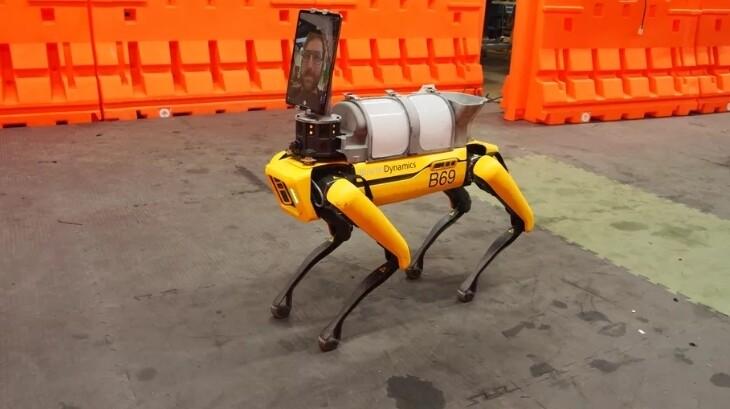 로봇개는 병원의 원격 이동 진료플랫폼으로도 쓸 수 있다.