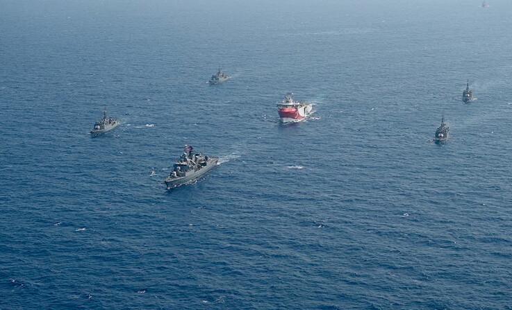 터키 지질조사선 '오루츠 레이스'(가운데)와 이를 호위하는 터키 해군 함정들이 지난 10일 지중해를 항해하고 있는 모습. 그리스가 터키 지질조사선 조사 해역에 자국 배타적 경제수역이 들어 있다고 반발하며 긴장이 고조되고 있다. AP 연합뉴스
